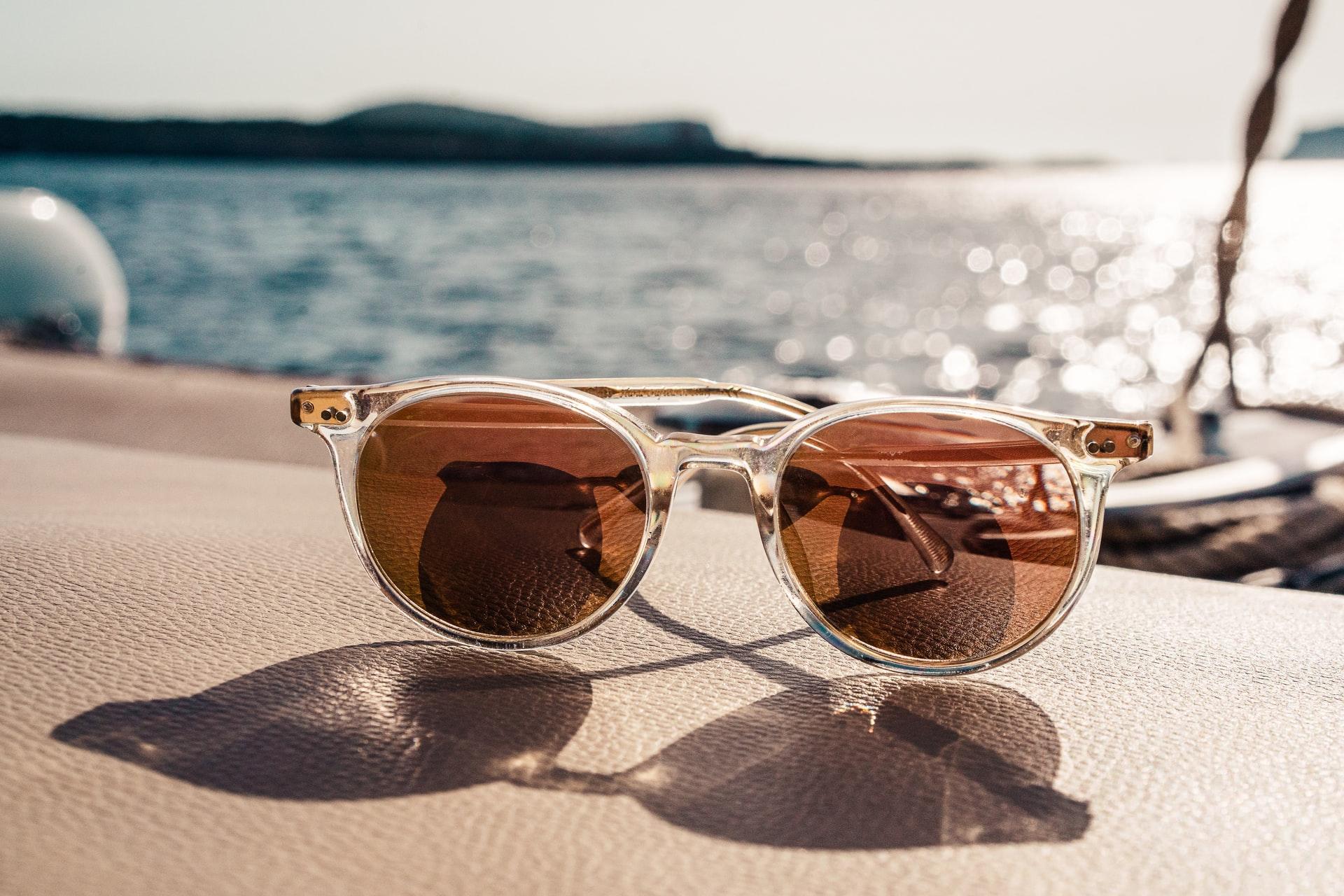 Entre las tendencias en gafas de sol este 2021 destacan las gafas de aviador, las gafas XL, las gafas geométricas y las gafas retro, entre otras