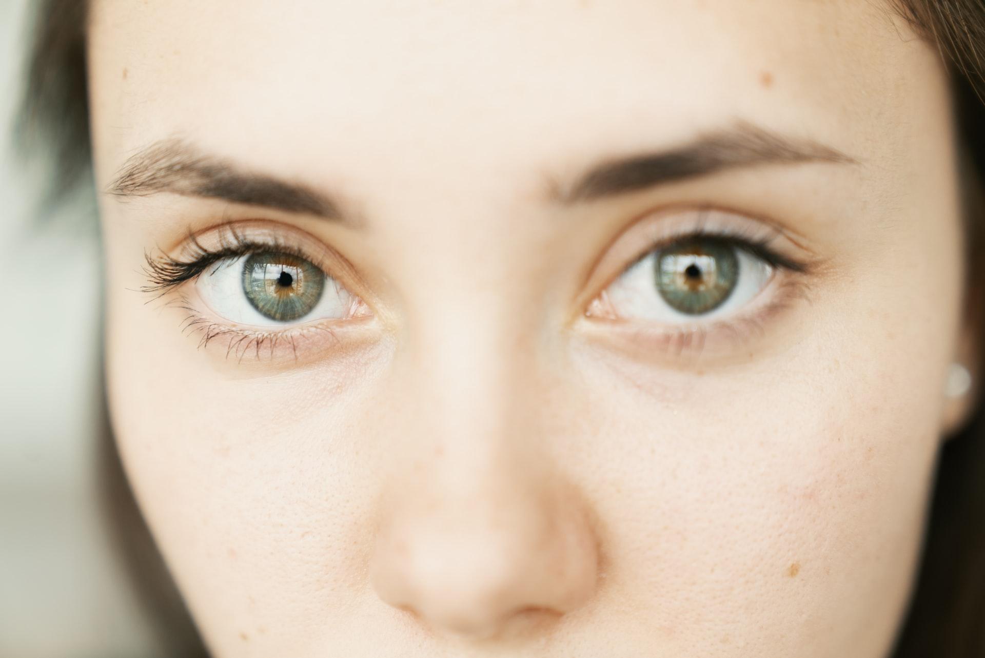 Frotarse los ojos con fuerza o no protegerlos del sol son algunos de los hábitos que dañan tu vista