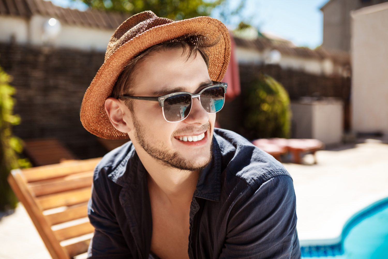 Las gafas de sol para hombre de estilo clásico y los modelos más coloridos son las principales tendencias este verano