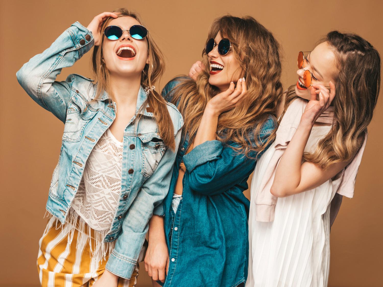 Entre las mejores gafas de sol para mujer destacan los diseños polarizados y las monturas amplia